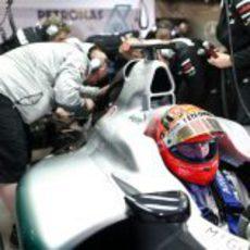 Michael Schumacher en el box de Mercedes durante los libres del GP de China