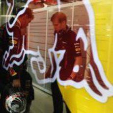 Sebastian Vettel habla con su ingeniero de pista