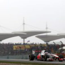 Jenson Button pilota su McLaren sobre el sinuoso trazado de Shanghái