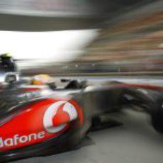 Lewis Hamilton sale del box de McLaren en el Circuito de Shanghái