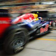 Mark Webber sale del box para afrontar la clasificación del GP de China