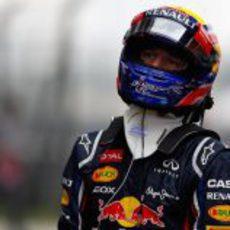 Mark Webber se dirige al box pensativo