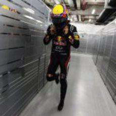 Mark Webber dentro del box del equipo Red Bull