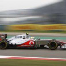 Lewis Hamilton pilota el MP4-27 durante la clasificación del GP de China