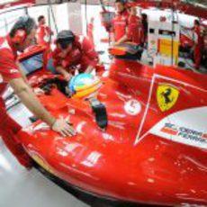 Fernando Alonso se concentra antes de rodar en la Q3