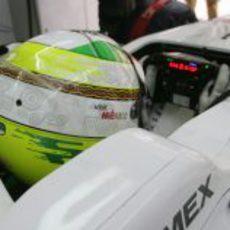 Sergio Pérez concentrado dentro de su monoplaza