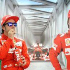 Fernando Alonso observa los terceros libres