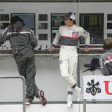 Sergio Pérez en el muro de Sauber en el Circuito de Shanghái