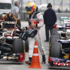 Lewis Hamilton tras bajarse del coche en la clasificación del GP de China 2012