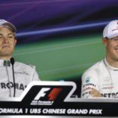 Nico Rosberg y Michael Schumacher en la rueda de prensa del sábado en China