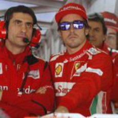Fernando Alonso con gafas de sol en su box