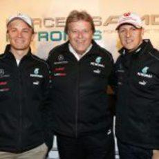 Norbert Haug celebra la primera fila de Mercedes junto a los dos pilotos del equipo