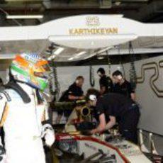 Karthikeyan sale a pie del garaje de HRT