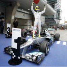 Rosberg celebra la victoria encima de su Mercedes W03