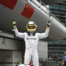 Nico Rosberg celebra con rabia su victoria en China 2012