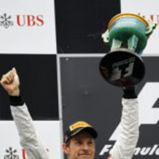 Jenson Button levanta su trofeo en el GP de China 2012