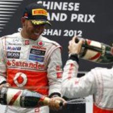 Lewis Hamilton descorcha el champán en el podio de Shanghái
