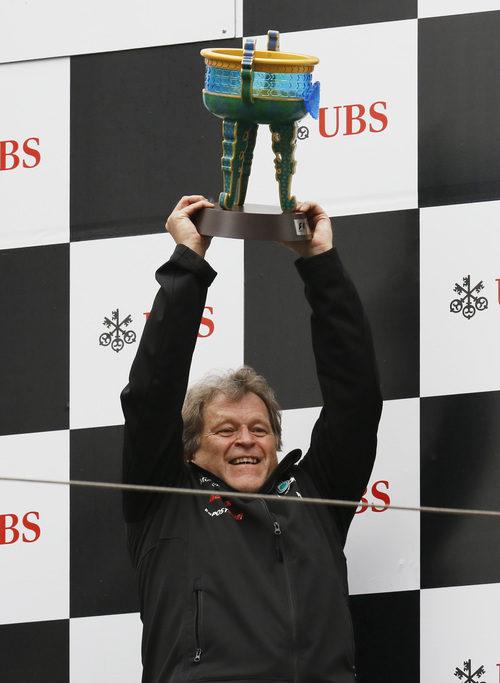 Norbert Haug levanta el trofeo de Mercedes en el podio de China 2012