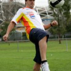 Alonso se divierte con la pelota