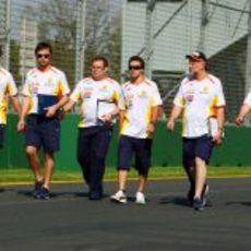 Alonso pasea por el circuito de Australia