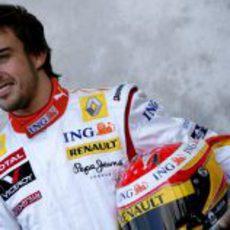 Alonso posa con el casco