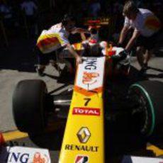 Alonso sale del box