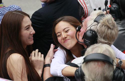 Jessica Michibata celebra el segundo puesto de Jenson Button