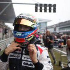Pastor Maldonado se pone el casco antes de comenzar la carrera