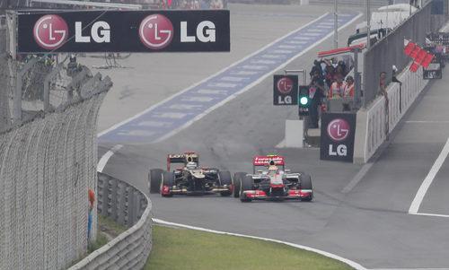 Kimi Räikkönen y Lewis Hamilton salen juntos del 'pit-lane'