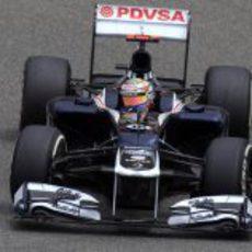 Pastor Maldonado toma la curva uno del GP de China