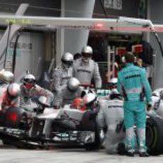Michael Schumacher realiza el primer 'pitstop' del GP de China