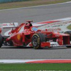 Fernando Alonso trata de cuidar los neumáticos en Shanghái