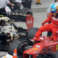 Fernando Alonso se baja del coche tras la carrera en China