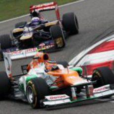 Hülkenberg sale de la curva por delante de Daniel Ricciardo