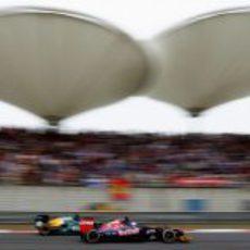 Daniel Ricciardo adelanta a un Caterham en China