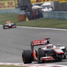 Jenson Button, por delante de Lewis Hamilton en Shanghái