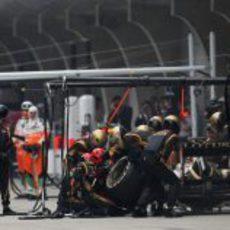 Kimi Räikkönen realiza un  'pit stop' en Shanghái