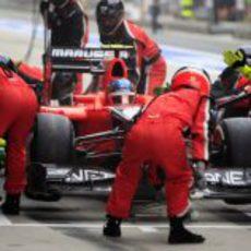 Charles Pic para en 'boxes' para cambiar neumáticos