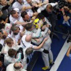 Nico Rosberg celebra la victoria del GP de China con sus mecánicos