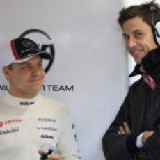 Valtteri Bottas charla con Toto Wolff en el box de Williams