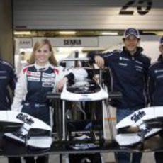 Pastor Maldonado, Susie Wolff, Bruno Senna y Valtteri Bottas posan en el box
