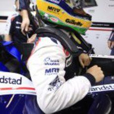 Bruno Senna se prepara para entrar en el FW34