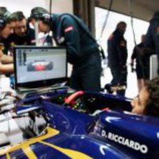 Daniel Ricciardo admira las evoluciones de sus compañeros