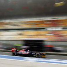 Daniel Ricciardo enfila el box con su Toro Rosso