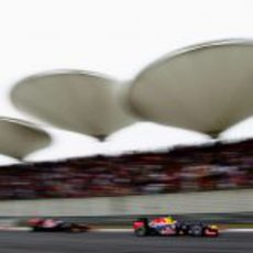 Mark Webber adelanta en China