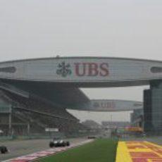 Los dos Sauber encaran la recta principal del circuito de China