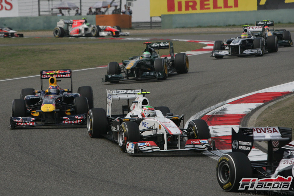 Sergio Pérez rueda por delante de Mark Webber