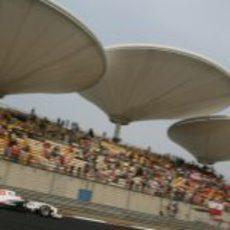Kamui Kobayashi rueda con el Sauber en los libres del Gran Premio de China