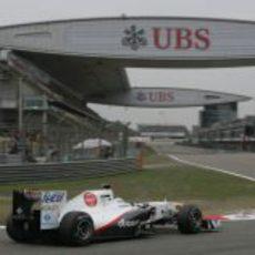 Kamui Kobayashi toma la última curva del circuito de China