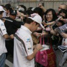 Los pilotos de Sauber atienden a los fans en China